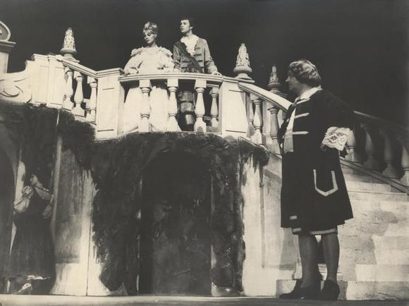 in basso da sinistra: Leda Negroni, Gualtiero Rizzi, in alto Maria Teresa Sonni, Paolo Poli
