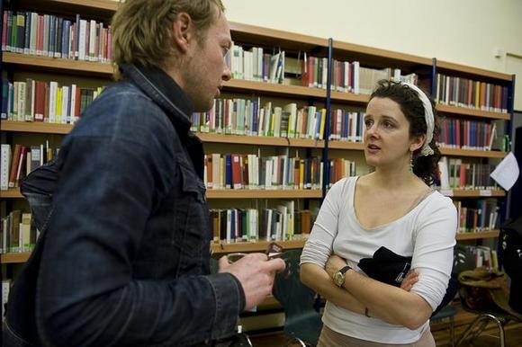 Janek Müller, drammaturgo alla Volksbühne am Rosa-Luxemburg-Platz e Franziska Hauser