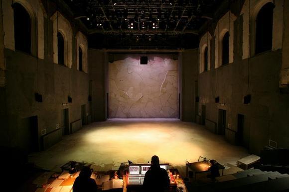La sala del Teatro Astra con la scenografia di Atti di guerra, firmata da Tiziano Santi