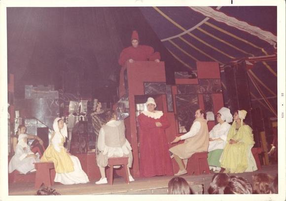 al centro Gipo Farassino (in alto), Gualtiero Rizzi (in basso), a sinistra vestita di giallo Anna D'Offizi, a destra Alessandro Esposito, Wilma Deusebio, Piera Cravignani