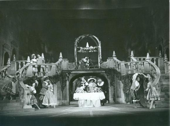 Una scena. Al centro Alessandro Esposito, in alto Leda Negroni, Giancarlo Zanetti